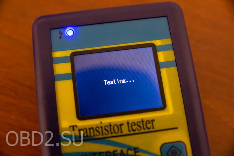 Универсальный тестер транзисторов - идет тестирование компонента